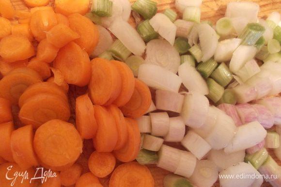 Лук и морковь порезать.