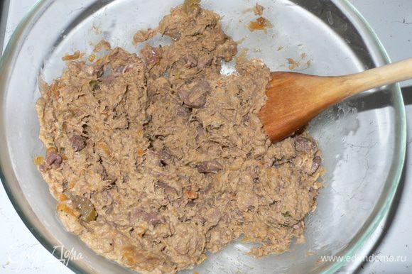 Мясо уже достаточно мягкое, но пока не подходит для фарша. Поэтому я использую блендер. И с его помощью мясо с овощами превращается в паштет. Добавляем взбитые яйца, панировочные сухари, мускатный орех, сыр, и, если необходимо, подсаливаем. И замешиваем руками. Выйдет достаточно плотная масса. Плотность можно регулировать добавлением бульона. Помещаем в холодильник на 6 часов.