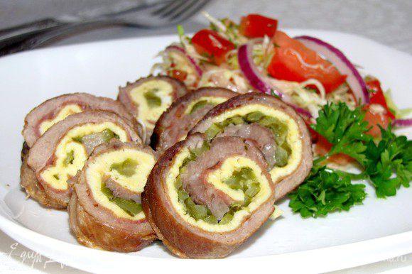 Перед подачей удалите нитки, разрежьте рулет на несколько частей, полейте соусом. Подавайте с картофелем, рисом, тушеными овощами или свежим салатом. Приятного аппетита!