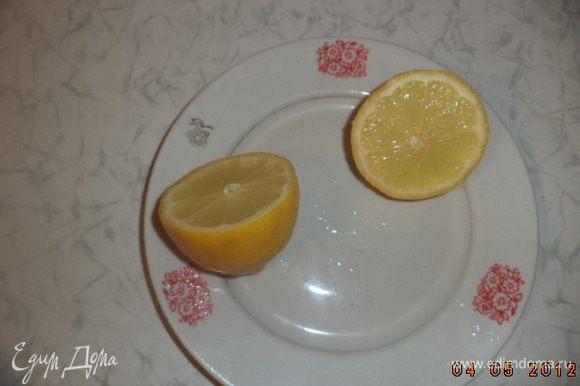Луковицу разрезать пополам и вложить половинки в лимонные чашечки. Положить эти чашечки вместе с чесноком в курицу. Выложить курицу в форму для запекания.