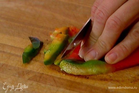 Сладкий перец, удалив семена и перепонки, нарезать соломкой.