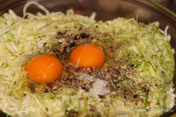 Перемешиваем, добавляем перец чили, молотый перец, чеснок, майоран, соль и яйцо (у меня крупное двухжелтковое)