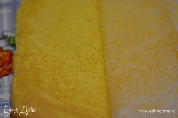 Готовый бисквит выложить на полотенце.