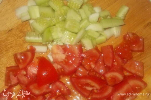 огурец и помидор нарезать небольшими кубиками