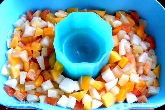 Распределяем по дну все кусочки фруктов...