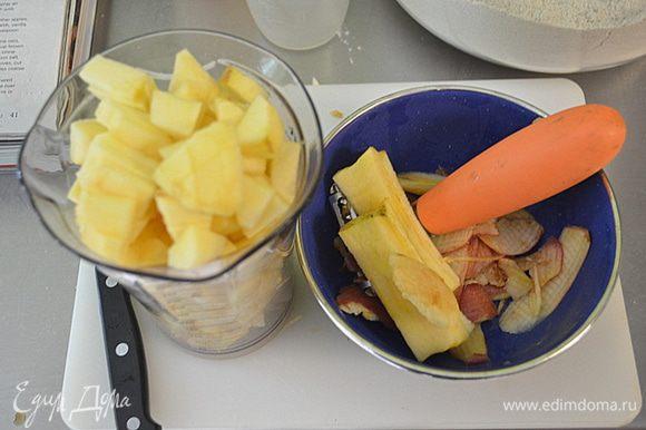 Яблоки почистим и порежем не крупно кубиками. Выложим в общую массу с клюквой и изюмом и перемешаем.