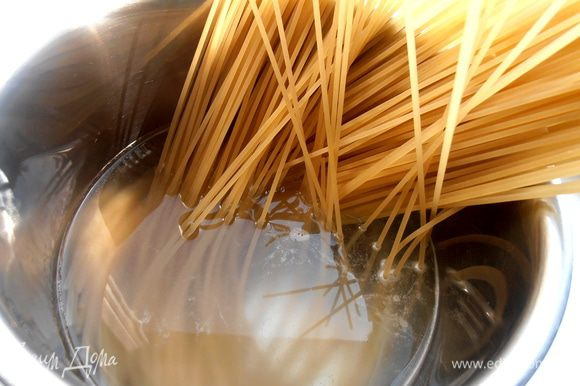 Поставим вариться спагетти в высокую кастрюлю..., добавив 0,5 ч.л. соли в кипящую воду.