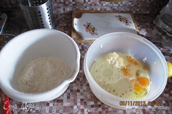 Просеять муку и смешать с разрыхлителем. В отдельной миске смешать сметану, оливковое масло, сахар, яйца, сыворотку. Взбить миксером. Всыпать муку. И снова взбить.