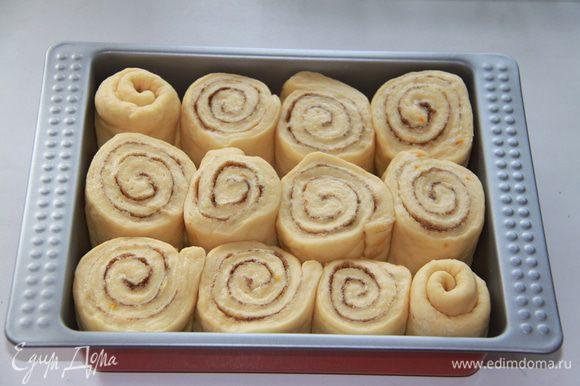 Выложить булочки одну к другой – так, чтобы они уместились довольно плотно друг к другу. Противень поместить в холодильник на несколько часов (я оставила на ночь!) Пока духовка нагревается до 180*С, выньте булочки из холодильника, чтобы они согрелись.