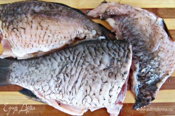Рыбу очистить, выпотрошить и тщательно промыть под проточной водой. При желании можно разделить на филе.