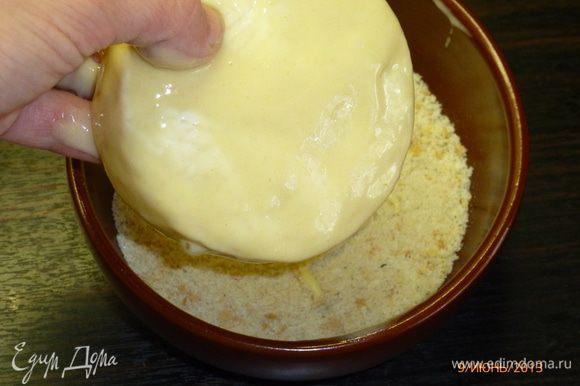 Обмакнем в получившуюся смесь сыр и обваляем его в сухарях. Сухари у меня без добавок. Если используете готовые смеси для панировки, читайте состав. Если они уже содержат соль и перец, то к яйцу их не добавляем.