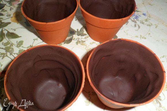 Делаем шоколадные стаканчики,растопив в микроволновке шоколад и обмазываем (можно мал. ложкой) немного остывшим шоколадом силиконовые формочки толстым слоем.Отправляем в холод до застывания.