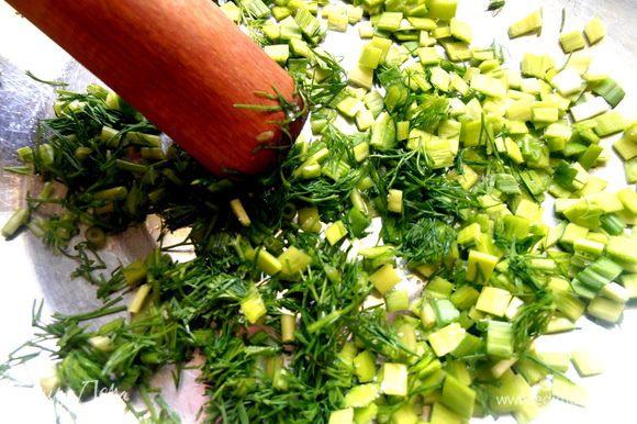 И начинаем давить-толочь зелень при помощи картофеледавилки.