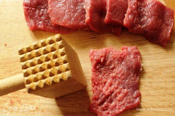 Говяжью мякоть нарезать поперек волокон на тонкие небольшие ломтики. Обжарить на растительном масле с обеих сторон по 1-2 минуты с добавлением 1 ч.л. соевого соуса.