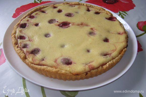 Хочу предложить еще один вариант, пирог сделать с клубникой и плюс в творожную массу добавить марципан 150 г