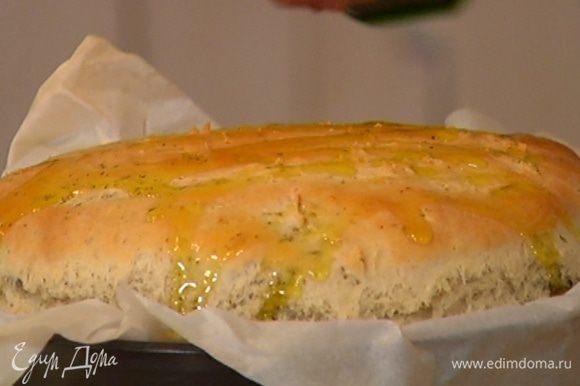 Горячую фокаччу смазать оставшимся оливковым маслом и присыпать солью крупного помола.