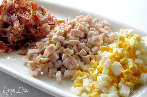 Все ингредиенты для салата (кроме салатных листьев) режем небольшими кубиками или короткими полосками.