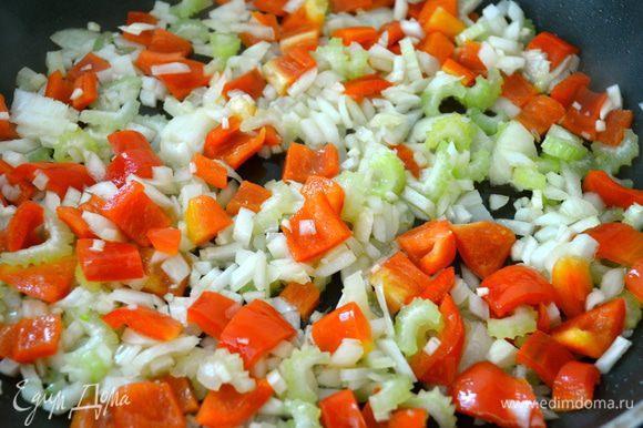 Добавить 2 ст.л. оливкового масла в сковороду и, помешивая, обжаривать лук, чеснок, сельдерей, красный перец, душицу и базилик 3 минуты.