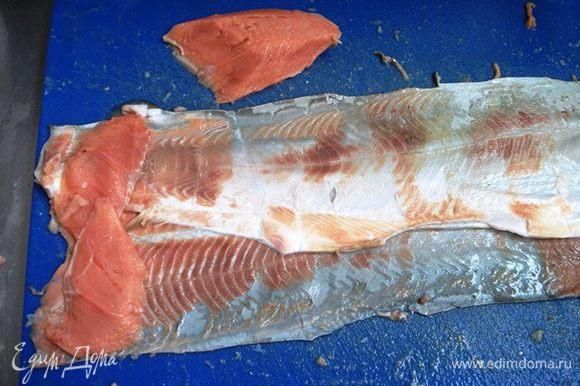 Удалить остатки чешуи и хорошо промыть шкурку филе. Замочить желатин. Филе горбуши аккуратно срезать пластами со шкуры. Шкурка желательно должна остаться неповрежденной.