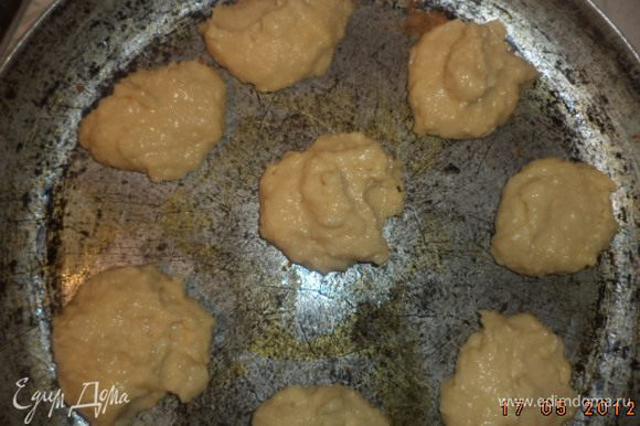 Противень смазать сливочным маслом и столовой ложкой выкладывать тесто на противень на некотором расстоянии друг от друга.