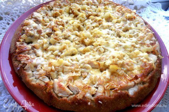 Снова вынимаем ещё горячий пирог с расплавленным сыром...