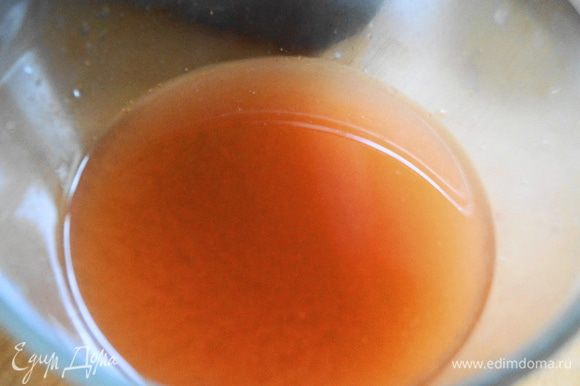 Для соуса: в воду добавляем томатную пасту, соль. перец и хорошо перемешиваем