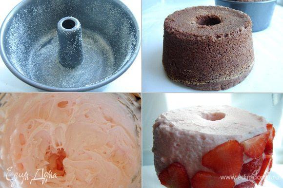 Духовку разогреть до 180*С. Кольцевую форму (20-22 см) смазать маслом и присыпать мукой или манной крупой. Выпекать кекс около получаса и остудить в форме. Сливки взбить с сахарной пудрой, ванильным сахаром и загустителем для сливок в устойчивую пену. Около 50 г ягод измельчить в блендере и, при желании, протереть через сито. Аккуратно смешать со взбитыми сливками. Смазать кекс сливками и убрать в холодильник. Клубнику нарезать тонкими ломтиками и украсить ими кекс.