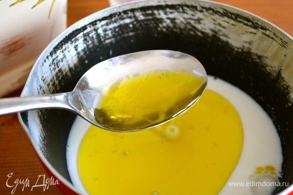 В небольшом ковшике нагреть молоко и добавить к нему воду и оливковое масло.
