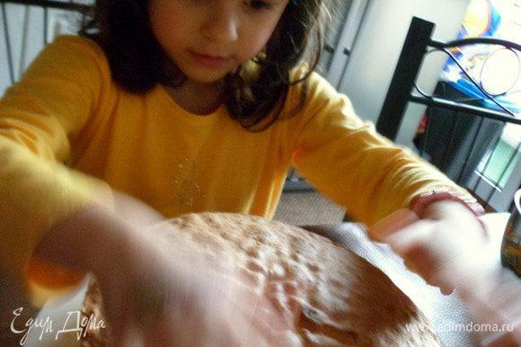 пропитываем второй корж и аккуратно накрываем наш торт, прижав. Моя дочка так старалась, что крем немного поплыл.