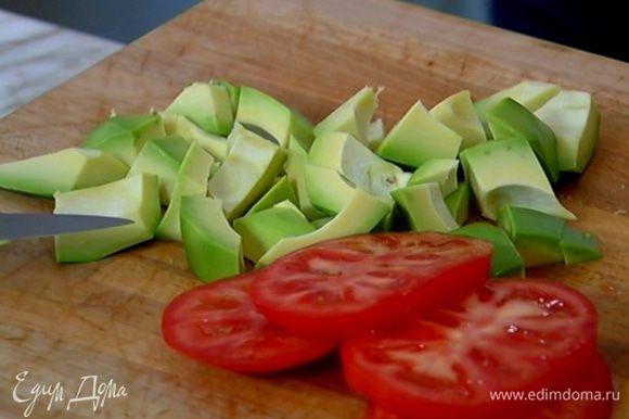 Авокадо почистить и, удалив косточку, нарезать небольшими кусочками.