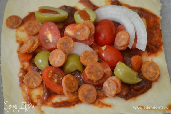 Томаты, если крупные, порежем на небольшие кусочки аккуратные, если сорт черри - напополам. Разложим все приготовленное для топпинга поверх томатного соуса, затем сыр Чеддар. Поставим в теплое место на 30 мин.