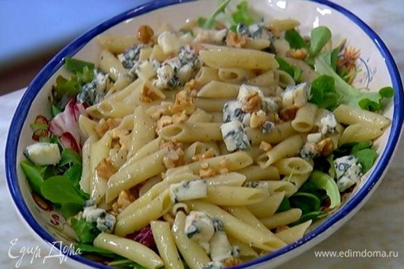 Посыпать салат измельченной горгонзолой и оставшимися орехами.