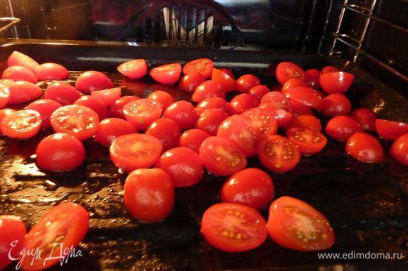 Разогреть духовку на 220 градусов установить противень на средней и нижней уровень. Запекать помидоры с 5 чайными ложками оливкового масла, приправить солью и перцем, и запекать на нижней полке духовки до мягкости и пока не полопаются, около 30-40 минут.