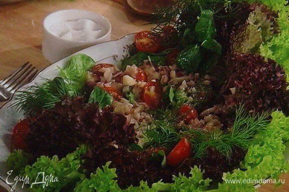 Подготовить салатный микс, выложить на блюдо, нарезать помидоры черри, полить 3/4 соусa, посолить и поперчить.
