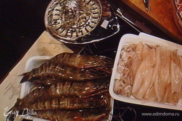 Морепродукты можно выбрать по желанию. Мне повезло найти королевские креветки, иногда их называют лангустины. У креветки надрезать на спинке панцырь, удалить кишку. Кальмары промыть под проточной водой, так же и креветки. Рыбу разрезать на части.