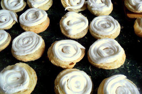 Пирожные вынуть из духовки, остудить и разрезать вдоль пополам. Выложить пышный слой белкового крема.