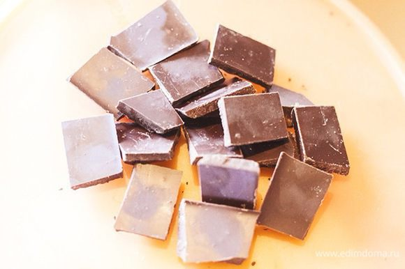 Горький или тёмный шоколад растопить на водяной бане.