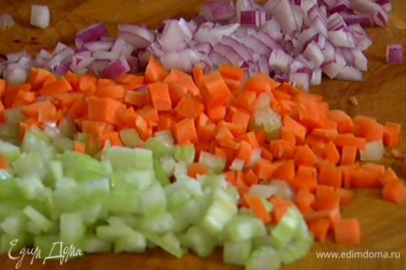 Оставшиеся сельдерей и морковь порезать маленькими кубиками, лук и чеснок мелко порубить.