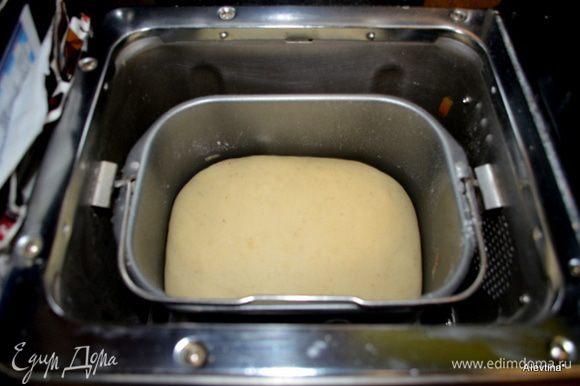 Готовое тесто получается мягким,не липким и оба раза я обходилась без муки для рабочего стола.