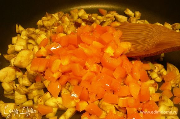 Через несколько минут добавляем порезанный кубиками перец. Если у вас тунец сырой, то добавляем его сейчас, если консервированный - в самом конце. Готовим минут 10-15 до мягкости.