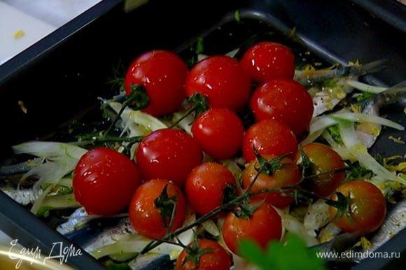 Сардины посыпать фенхелем, сверху поместить помидоры на веточках, сбрызнуть все оставшимся оливковым маслом, посолить и поперчить.