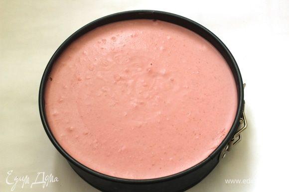 Положить охлажденный бисквит в кольцевую форму, на него выложить мусс, разровнять и убрать в холодильник. Охлаждать не менее 4 часов.
