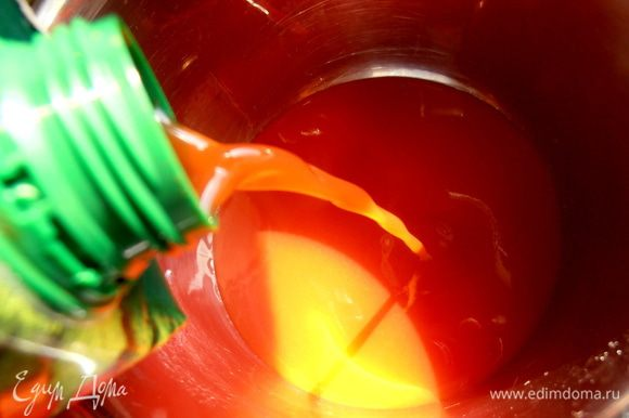 В кастрюлю наливаем томатный сок...