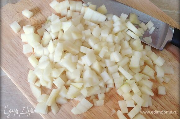 Грушу почистить, нарезать мелкими кубиками. Если планируете делать украшение, стоит оставить половинку груши