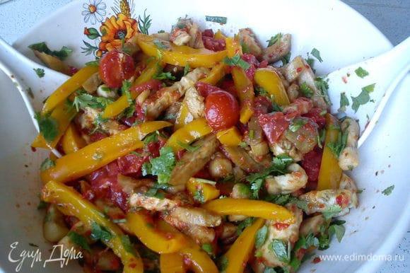 Выложить в салатник, посыпать измельченной зеленью и перемешать