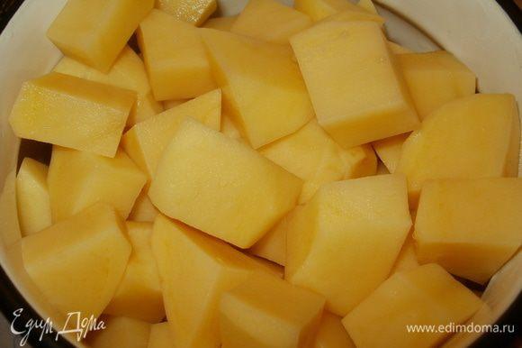 Картофель нарезаем небольшими кубиками.