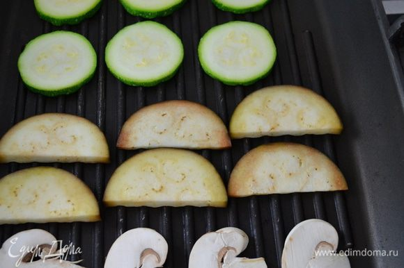 Обжарить все овощи с двух сторон на раскаленной сковороде-гриль. Обжаривать без добавления масла, партиями.