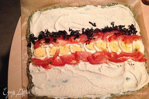 Укладываем по середине яйцо, томат и присыпаем базиликом.