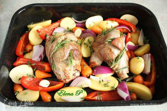 В форму для запекания выложить мясо и все овощи, кроме фасоли и томатов, приправить солью,сбрызнуть оставшимся маслом. Листочки тимьяна распределить поверх овощей, а розмарин на баранине.Закройте форму фольгой и поставьте в духовку на 45 минут. Затем удалите фольгу, положите в форму томаты, убавьте температуру до 160-180*С и запекайте ещё 30 мин.