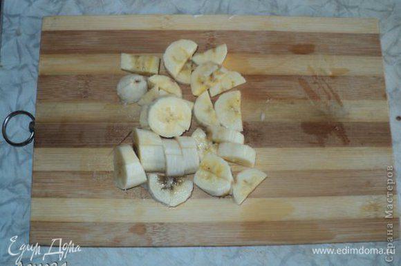 Режем бананы.